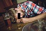 Zloděj alkoholik: Chtěl vykrást dům, ale vypil víno a na místě činu usnul jako špalek!