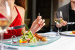 Čechům vadí v restauracích hlavně špatná obsluha. Stěžovat si ale nemají kde