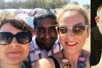 Dcera Hryce obdarovala bežence: Uprchlíci oblečení rozházeli po zemi