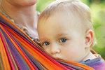 VIDEO: Podle čeho si vybrat šátek na nošení dětí? Nejlepší je bavlněný