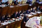 Politici plánují omezit si růst platů. Škodní ale nebudou ani s novou úpravou