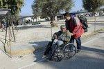Syn tlačí tátu na vozíku do Evropy: V Sýrii nám vraždí lidi před očima