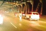 Striptýz na dálnici: Svlékající se žena zablokovala dopravu