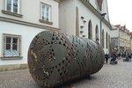Zvláštní úkaz v centru Prahy. Na náměstí stojí cisterna se stoly a židlemi
