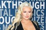 Zpěvačka Christina Aguilera chce, aby její syn Max nebyl prudérní a aby neměl problémy se svou sexualitou. A tak už v době, kdy byl malinký, vyvěsila po domě umělecké akty.
