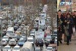 Zácpy, davy, fronty… Lidé vzali o víkendu obchody útokem: Obchodníci hlásí rekordy