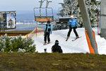 Lyžuje se jen na deseti místech v Česku. Na drtku umělého sněhu