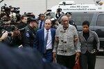 Bill Cosby konečně stanul před soudem! Herec se na proces dobelhal o holi, museli ho podpírat