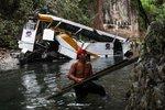 Hororová nehoda školního minibusu: Zřítil se do rokle. 8 dětí zemřelo