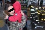 Omylem si zabouchla dvouleté dítě v autě: Osvobodit ho museli hasiči