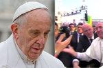 Papež upadl a zalehl vozíčkáře. Naštvaně vynadal tomu, kdo za to může