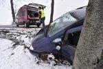 Namrzlé silnice a sněhová kaše: Zima komplikuje dopravu po celém Česku