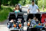 Rodina paterčat hledá pomocníky! Rodičům dávají zabrat vycházky