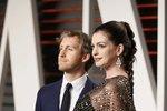 Těhotná Anne Hathaway s manželem Adamem Shulmanem.