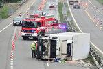 Řidič chladicího kamionu převrátil vůz na bok: Blokoval dálnici D4