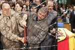 Merkelová vzdala u rakve hold exministrovi. Dienstbier s ním stříhal plot