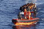 Lodě mezi Itálií a Libyí za jediný den zachránily přes 4 tisíce migrantů