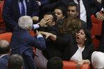 Facky, pěsti, zranění. Turci se servali v parlamentu ve strachu z vězení