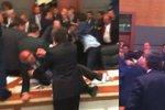 Vzduchem létaly pěsti a kopalo se do hlavy: Poslanci se porvali v tureckém parlamentu