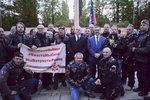 """Hašek pod palbou. Kvůli vítání Putinova gangu motorkářů a """"pózování s homofoby"""""""