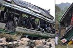 Řidič autobusu nezvládl zatáčku a zřítil se z útesu: Zabil 12 lidí