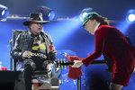 Axl Rose na turné s AC/DC rozděluje fanoušky: Dokáže zastoupit Johnsona, nebo je to krok vedle?