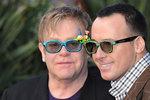 Celebrita měla sex ve třech. Britové nesmí napsat, že jde o muže Eltona Johna