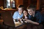 Děti z horších škol si na počítačích stahují filmy a víc hrají hry