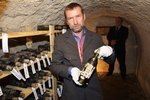 Tekutý poklad u relikviáře sv. Maura. Znalci si lahve vína cení i na 750 tisíc