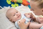 Dítě má dříve lézt než sedět! Jak podpořit správný vývoj kojence