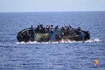 Záchranáři vytahují z moře stovky uprchlíků, jen během soboty pomohli pěti stům lidí