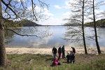 Koupání v Máchově jezeře kazí sinice. Alergici a těhotné si musí dát pozor