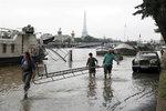 Hladina Seiny hrozivě stoupá: Řeka zatopila první byty, Louvre odvezl cenná díla