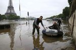 Tisíce evakuovaných lidí, uzavřený Louvre: Pařížské ulice zaplavila Seina