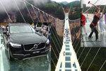 Nic pro lidi se závratí: Dobrovolníci testovali bezpečnost skleněného mostu