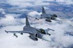 Burácející nebe vyděsilo Ostravu: Stíhačky doprovázely letadlo armády