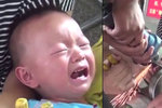 Řezali pilou kousek od jeho hlavy! Chlapečka (1) s prstem v plechovce museli zachraňovat hasiči