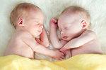 Seniorka (74) porodila zdravá dvojčata. Je nejstarší matkou na světě