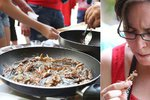 Lidé v zoo překonávali odpor: Jedli opečené šváby, červy na česneku i cvrčky v cukru