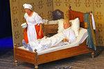 Nemohoucí Karel Roden v posteli, Krausová za ním spěchá s nočníkem. Co má tohle znamenat?