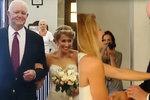 Cizí muž vedl nevěstu k oltáři, ale… v hrudi mu bije srdce jejího táty!