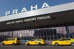 Taxikáři na letišti podvádí: Přelepují si značky, aby nemuseli platit parkovné. Mohou přijít o řidičák