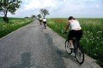 Agresor ohrožoval rodinu s dětmi! Na cyklisty v Troji vytáhl rozbitou lahev