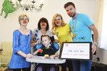 Teta Puška a strejda Pálka: Novomanželé Koukalovi přivezli malému pacientovi 800 tisíc