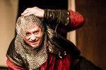 """""""Richard III. je role, kterou člověk potká jednou za život. Přesto jsem před šestnácti lety dost dlouho váhal, zda se chci zabývat zlem v tak krystalické podobě,"""" říká jan Potměšil. """"Ale poselství té hry je jasné – každá špatnost je potrestána. A zlo se skládá z mnoha zdánlivě nevinných rozhodnutí: Richard si říká, roznesu pár intrik a uvidím, co to udělá – vždyť se vlastně jen bavím. Teprve postupně se dostává do krvavé spirály, která nakonec semele i jeho. Hra v sobě nese zprávu, že pokud budu podporovat špatné věci, budou se ke mně špatné věci vracet, budou se hromadit, množit a nakonec mě zahubí. To je přece velmi nadčasové a stále aktuální, ne?"""""""