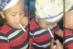Matka učila syna (2) kouřit cigaretu! Během jízdy v autě