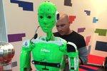 Standa, robot z Brna: Zazpívá Sinatru, spočítá si prsty, podá láhev piva