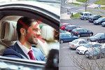 Mladé už auta netáhnou. Není kde parkovat, raději se tak chlubí mobilem
