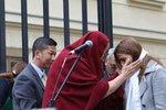 Slavní přišli přivítat dalajlamu: Jeho svátost pohladila Anetu Langerovou po hlavě