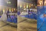 Špatný nápad: Nevěsta v těžkých svatebních šatech skočila do bazénu a šla rovnou ke dnu!